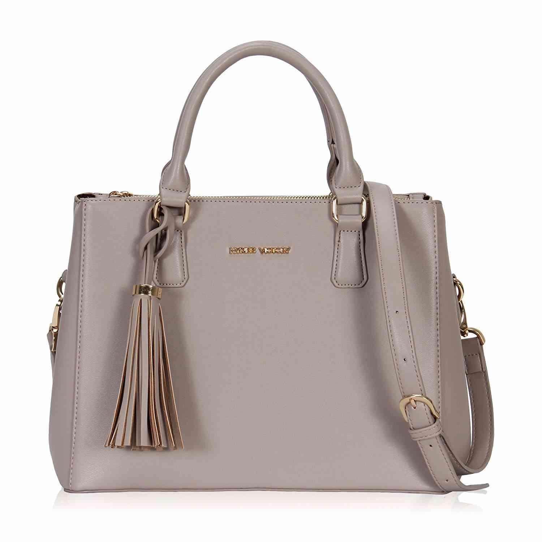 a30b763a3c20 ハンドバッグの良い所といえば、他のアイテムよりも流行に左右されにくいということ。いつの時代も女性に人気 なアイテムなので、2年、3年と長く使い続けられます。