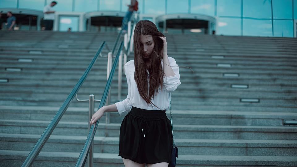 写真撮影 モスクワ市の下で 黒のスカート ブラウス 女の子 髪 現代 衣類 ファッション